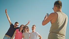 Les jeunes posant pour une photo sur la plage Image stock