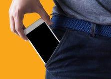 Les jeunes poses belles remettent la copie de communication de poche de téléphone portable photographie stock libre de droits
