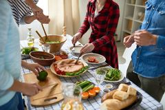Les jeunes préparant le dîner ensemble Photos stock