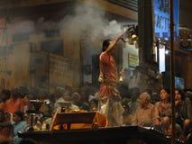 Les jeunes prêtres de Brahmin conduisent l'aarti Images libres de droits