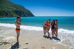 Les jeunes prenant des photos sur la plage Photo stock