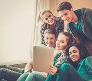 Les jeunes prenant le selfie Photo stock