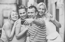 Les jeunes prenant le selfie dehors Image stock