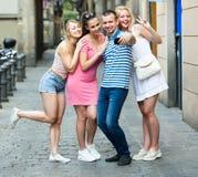 Les jeunes prenant le selfie dehors Photographie stock