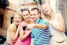 Les jeunes prenant le selfie dehors Photos libres de droits