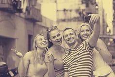 Les jeunes prenant le selfie dehors Images libres de droits