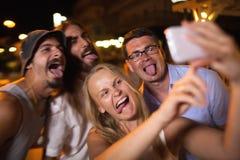 Les jeunes prenant le selfie fou avec le mobile Photos stock