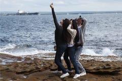 Les jeunes prenant un selfie Image stock