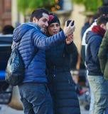 Les jeunes prenant un selfie Photo stock