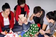 Les jeunes produisant des cadeaux image libre de droits