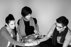 Les jeunes produisant des cadeaux photo libre de droits