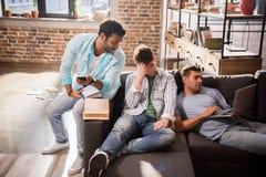Les jeunes professionnels travaillant aux affaires nouvelles projettent dans le bureau de petite entreprise Photographie stock libre de droits