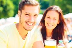 Les jeunes profitant d'un agréable moment au jardin de bière images libres de droits