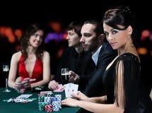 Les jeunes profitent d'un agréable moment dans le casino Images stock