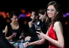 Les jeunes profitent d'un agréable moment dans le casino Photographie stock