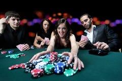 Les jeunes profitent d'un agréable moment dans le casino Photos libres de droits