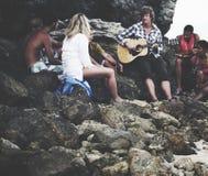 Les jeunes recueillant le concept d'amitié de loisirs de plage Image stock