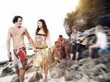 Les jeunes recueillant le concept de Freindship de loisirs de plage Photos libres de droits