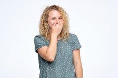 Les jeunes rires b?b?tes femelles beaux joyeux, couvre la bouche pendant que les essais cessent de rire photo stock