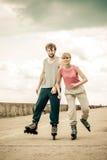 Les jeunes rollblading en passant ensemble Photo libre de droits