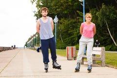 Les jeunes rollblading en passant ensemble Images stock