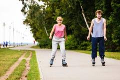 Les jeunes rollblading en passant ensemble Photo stock