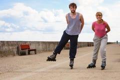 Les jeunes rollblading en passant ensemble Photographie stock