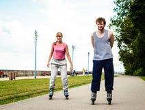 Les jeunes rollblading en passant ensemble Image libre de droits