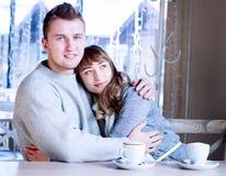 Les jeunes s'asseyant dans le café et la consommation Photos libres de droits