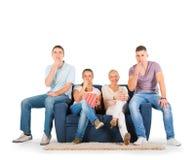 Les jeunes s'asseyant sur un sourire de sofa Image stock