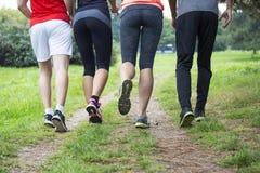 Les jeunes s'exerçant en parc Photographie stock libre de droits