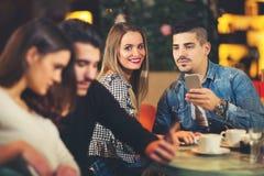 Les jeunes se réunissant dans un café Photos libres de droits