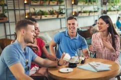 Les jeunes se réunissant dans un café Photographie stock
