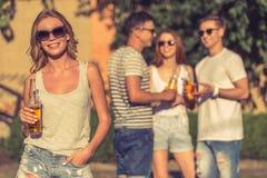 Les jeunes se reposant dehors Image libre de droits