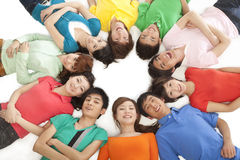Les jeunes se situant en cercle photographie stock