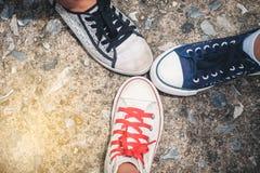 Les jeunes se tenant avec le pied sur le fond de plancher de roche Principal v Photographie stock