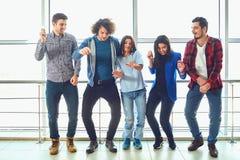 Les jeunes se tiennent contre la fen?tre photo stock