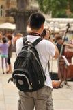Les jeunes se tiennent devant la cathédrale de Cologne Images stock