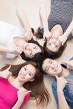 Les jeunes se trouvant sur le plancher Photos libres de droits