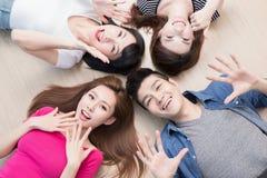 Les jeunes se trouvant sur le plancher Image libre de droits