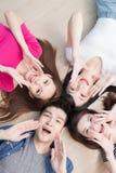 Les jeunes se trouvant sur le plancher Images stock