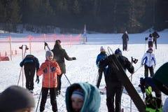 Les jeunes skieurs de la Russie Berezniki le 11 mars 2018 disposent à descendre la voie enroulée Photo stock