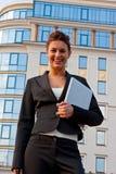 Les jeunes smilingwomen avec l'agenda dans des ses mains Photo stock