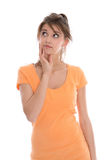 Les jeunes songeurs et douteux ont isolé la chemise de port d'été de femme. Image stock