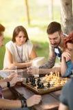 Les jeunes sont concentrés sur le jeu d'échecs Images stock