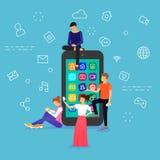 Les jeunes sont grand téléphone intelligent proche debout Photos libres de droits