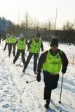 Les jeunes sportifs exécutent sur des skis Photographie stock libre de droits