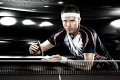 Les jeunes sports équipent le tennis-joueur dans le jeu sur le noir image libre de droits