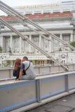 Les jeunes suggèrent des couples parlant sur le pont de Cavenagh Photographie stock libre de droits
