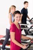 Les jeunes sur l'exercice courant de tapis roulant Image stock
